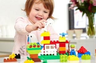 Kind mit legos