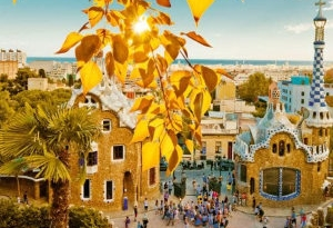 Sonnige Barcelona ist perfekt für eine Herbstreise